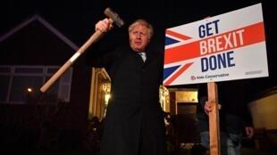 英國首相約翰遜告示其脫歐破釜沉舟決心 其左邊立着《完成英國脫歐》牌子  2019年12月11日