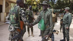 Soldados do Mali reunidos neste sábado, 19 de abril, em Niono.
