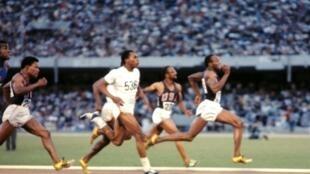 Le 14 octobre 1968 à Mexico, Jim Hines remporte la médaille d'or au 100 mètres dans un temps de 9'95, son record tiendra 15 ans.