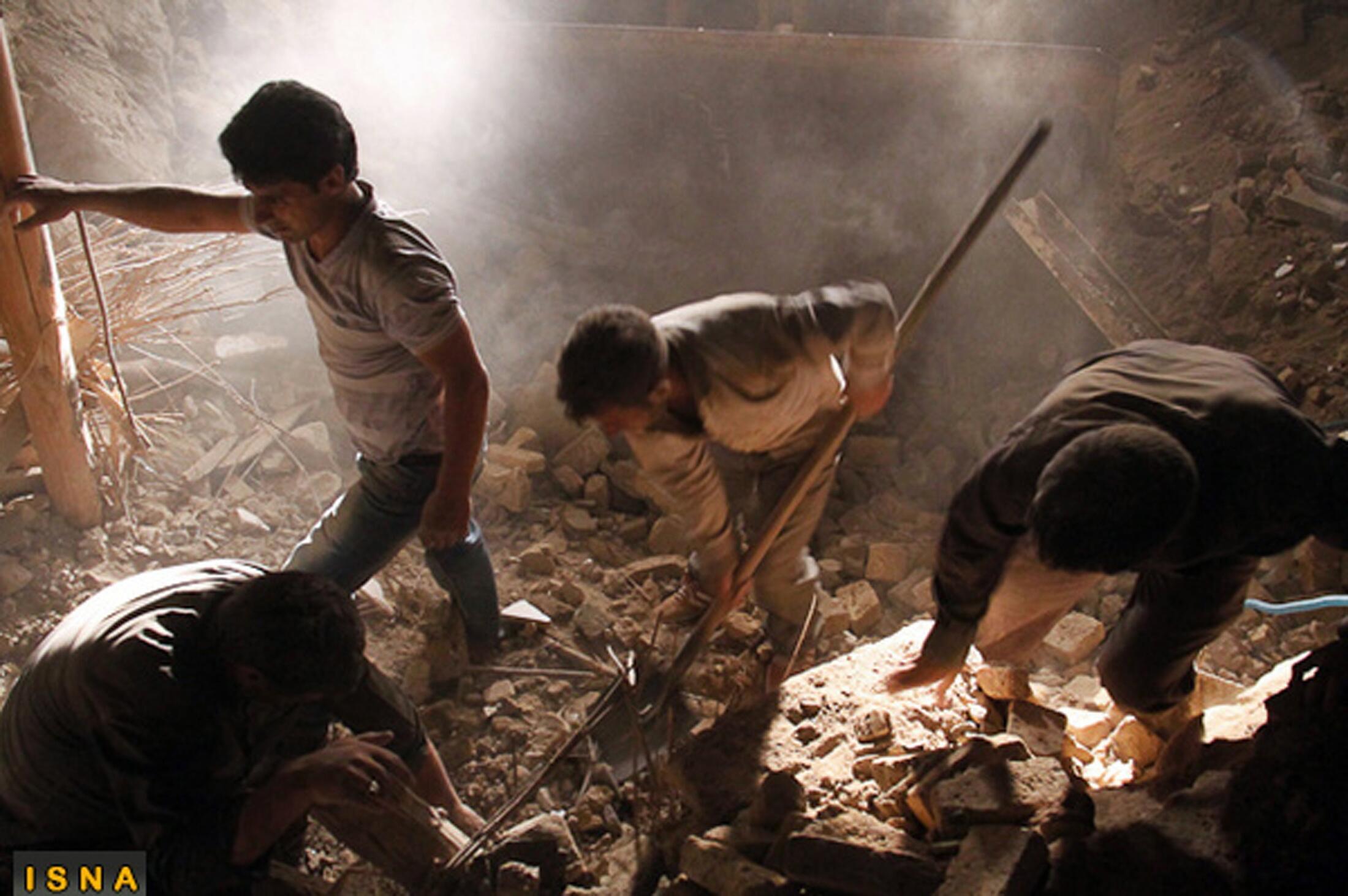 Equipes de resgate procuram vítimas dos terremotos que atingiram o Irã neste sábado (11).