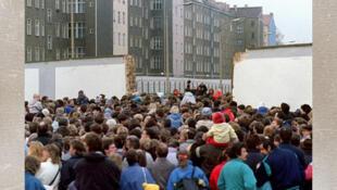 Plusieurs milliers de Berlinois de l'est franchissent le mur.