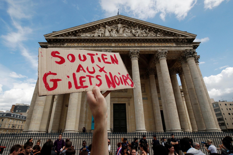 Инициатором акции в Пантеоне стало объединение защитников прав мигрантов «Черные жилеты».