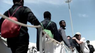 Des migrants débarquent de l'Aquarius dans le port de Valence, en Espagne, le 17 juin 2018.