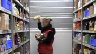Une employée dans un entrepôt d'un « drive » d'une grande enseigne de supermarché, en banlieue parisienne.
