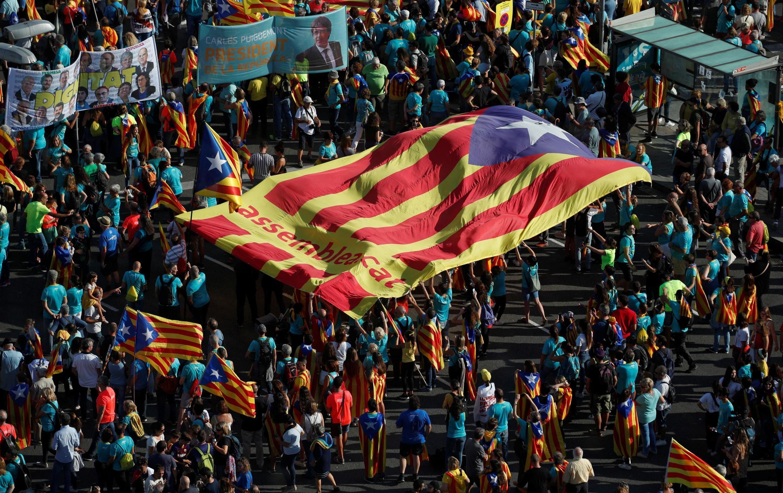 Manifestantes carregam uma bandeira gigante da Catalunha independente nesta quarta-feira, 11 de setembro de 2019, em Barcelona.