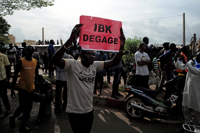 Waandamanaji wakidai Rais IBK ajiuzulu wakati wa maandamano yao huko Bamako Julai 10.