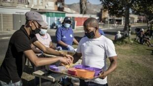 Distribution alimentaire au Cap, en Afrique du Sud, le 19 juin 2020.