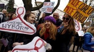 «Хочу, чтобы у меня был выбор», «Аборты – это мое дело», «Мое тело = мое право»: 9 апреля несколько тысяч человек собрались в Варшаве на акцию протеста против законопроекта, практически полностью запрещающего аборты.