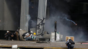 委內瑞拉抗議人士政府最高法院建築投擲石塊和自製燃燒彈