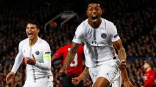 Преснел Кимпембе (справа) и Тиаго Силва празднуют первый гол в ворота «Манчестер Юнайтед»