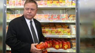 O ministro Blairo Maggi visita um supermercado em Brasília no final de março.