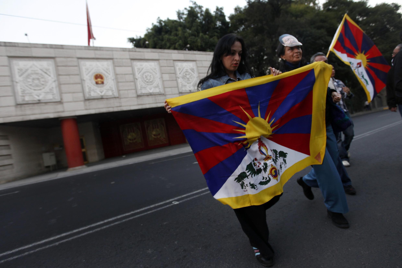 Những người biểu tình mang những lá cờ Tây Tạng trước đại sứ quán Trung Quốc ở Mêhicô ngày 10/11/2012, phản đối chính sách đàn áp của Bắc Kinh.