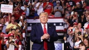 """دونالد ترامپ، رئیس جمهوری آمریکا در یک تجمع انتخاباتی در شهر """"منچستر"""" در ایالت """"نیوهمپشایر New Hampshir"""". پنجشنبه ٢٤ مرداد/ ١۵ اوت ٢٠۱٩"""