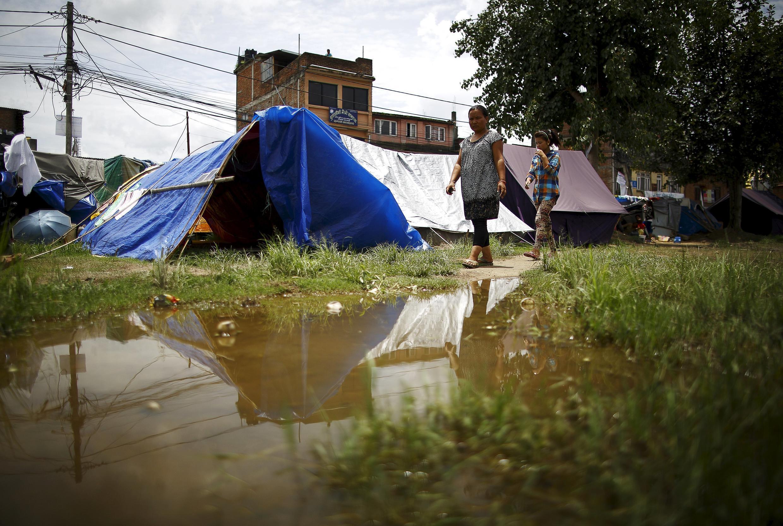 Casi tres meses después de los dos terremotos, cerca de tres millones de nepalíes siguen necesitando albergue, comida y ciudados médicos mientras ha empezado la temporada de lluvias. Katmandú, este 8 de julio de 2015.