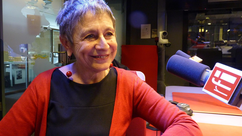 Mili Presman en los estudios de Radio Francia Internacional.