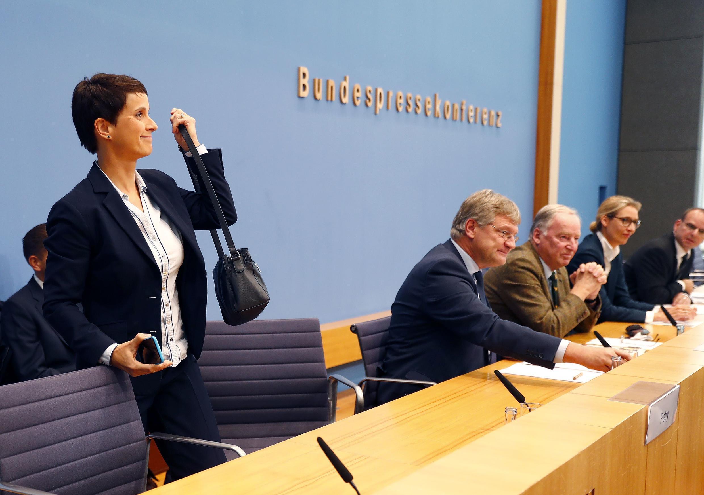 Frauke Petry, que deixou a coletiva de imprensa da AfD, na presença de Alexander Gauland (vestido de marrom), em Berlim, 25/09/2017