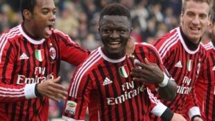 Dan wasan AC Milan dan kasar Ghana Sulley Muntari lokacin da yake murnar zira kwallo a ragar Cesena tare da Robinho da Maxi Lopez a filin wasa na Dino Manuzzi