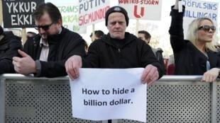 """با منتشر شدن نام نخست وزیر ایسلند در """"اسناد پاناما""""، مردم خواستار استعفای وی شدند. ایسلند ٤ آوریل ٢٠۱۶"""