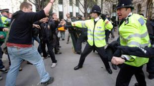 Accrochages entre des policiers et des opposants au G20, lors d'une manifestation dans le quartier financier de Londres, en 2009.