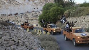 Un groupe d'islamistes se déplace dans l'est de la Libye, le 3 octobre 2014.