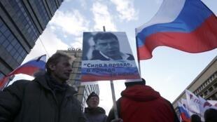 Manifestation à la mémoire de l'ancien premier ministre Boris Nemtsov, représenté sur cette pancarte, vendredi 27 février 2016 à Moscou.