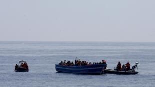 Coiotes da Líbia enviam barcos lotados de imigrantes clandestinos para chegar à Europa.