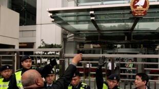 香港 北京駐港機構門前市民要求北京當局釋放異見人士2010年12月25日。