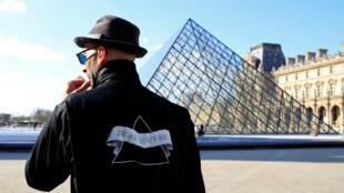 El artista JR trabajando en el patio Napoleón, al lado de la Pirámide del Louvre, el 26 de marzo de 2019 en París.