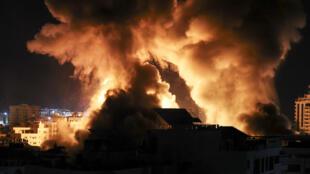Explosiones iluminaron el cielo de Ciudad de Gaza cuando fuerzas israelíes atacaron el enclave palestino el 18 de mayo de 2021