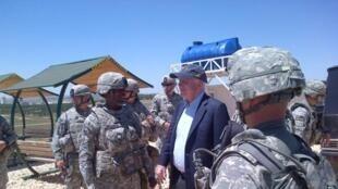 Le sénateur John McCain était le 27 mai 2013 sur le site des missiles Patriot dans le sud de la Turquie, avant de se rendre en Syrie.