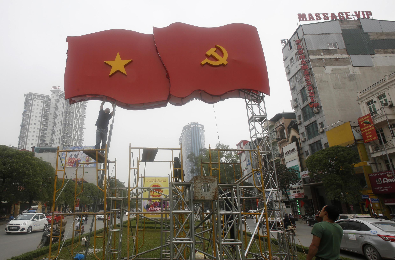 Ghép hình cờ Việt Nam với cờ đảng Cộng Sản trên đường phố Hà Nội, để chuẩn bị cho Đại hội 12, ngày 4/1/2016.