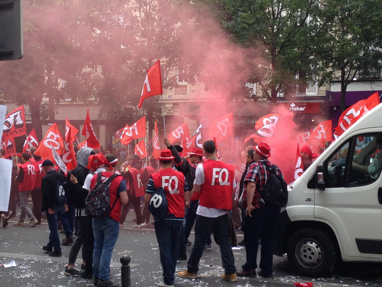 Manifestantes da FO frente à polícia na Praça de Itália, em Paris, na manifestação, deste 14 de junho, contra a lei do trabalho