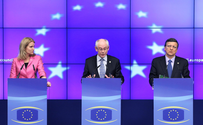 La premier danesa Helle Thorning-Schmidt, el presidente del Consejo Europeo Herman Van Rompuy y el presidente de la Comisión Europea José Manuel Barroso, este 28 de junio en Bruselas.