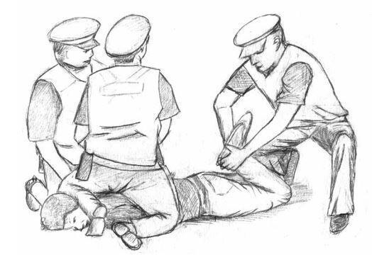 Как сообщает издание L'Obs способ обездвиживания задержанного, применяемый французскими полицейскими, стал причиной восьми смертей с 2005 года.