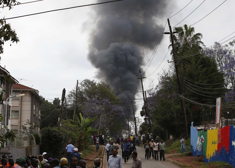 Une épaisse fumée noire en provenance du centre commercial Westgate de Nairobi s'élève dans le ciel, le 23 septembre 2013.