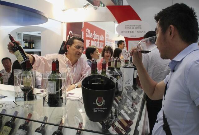 Degustação de vinhos franceses Côtes de Bourg durante uma exposição de vinhos em Pequim, no dia 4 de junho de 2013.