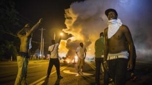 La police tire des gaz lacrymogènes face aux manifestants, le 18 août 2014.