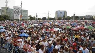 De nombreux fidèles se sont massés, place de la Révolution, pour assister à la messe du pape François, à La Havane, le 20 septembre 2015.