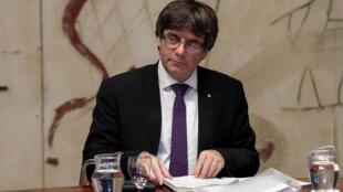 Presidente da Catalunha, Carles Puigdemont, suspende discurso
