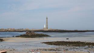 Praia na Bretanha apresenta acúmulo de algas, um dos problemas que poluem as águas na França.