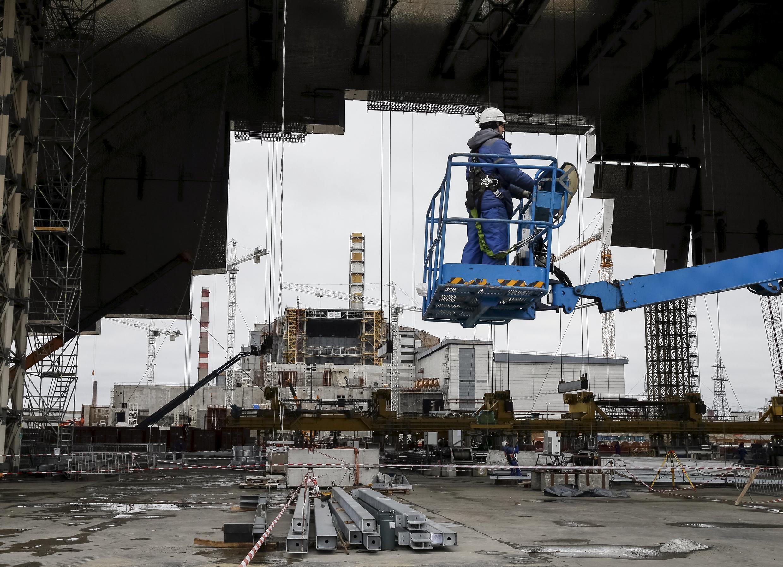 Чтобы уменьшить уровень облучения персонала, новое укрытие строится в 180 метрах от поврежденного реактора.