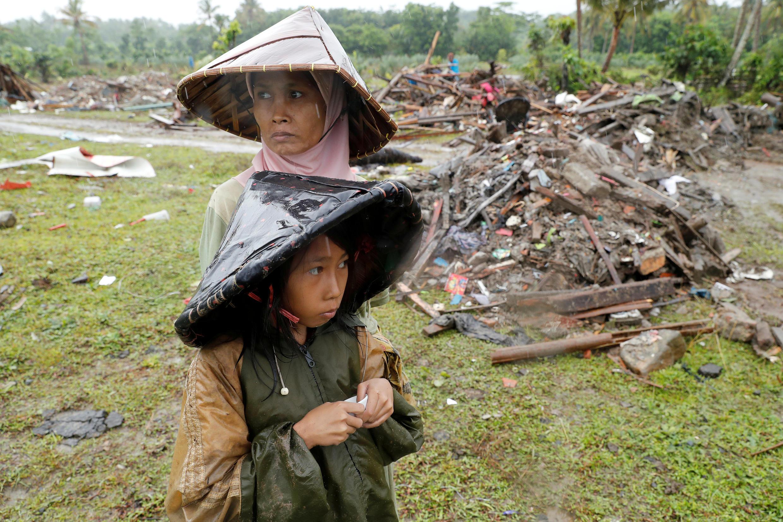 Une femme et un enfant à Sumur, dans la province de Banten, le 26 décembre 2018.