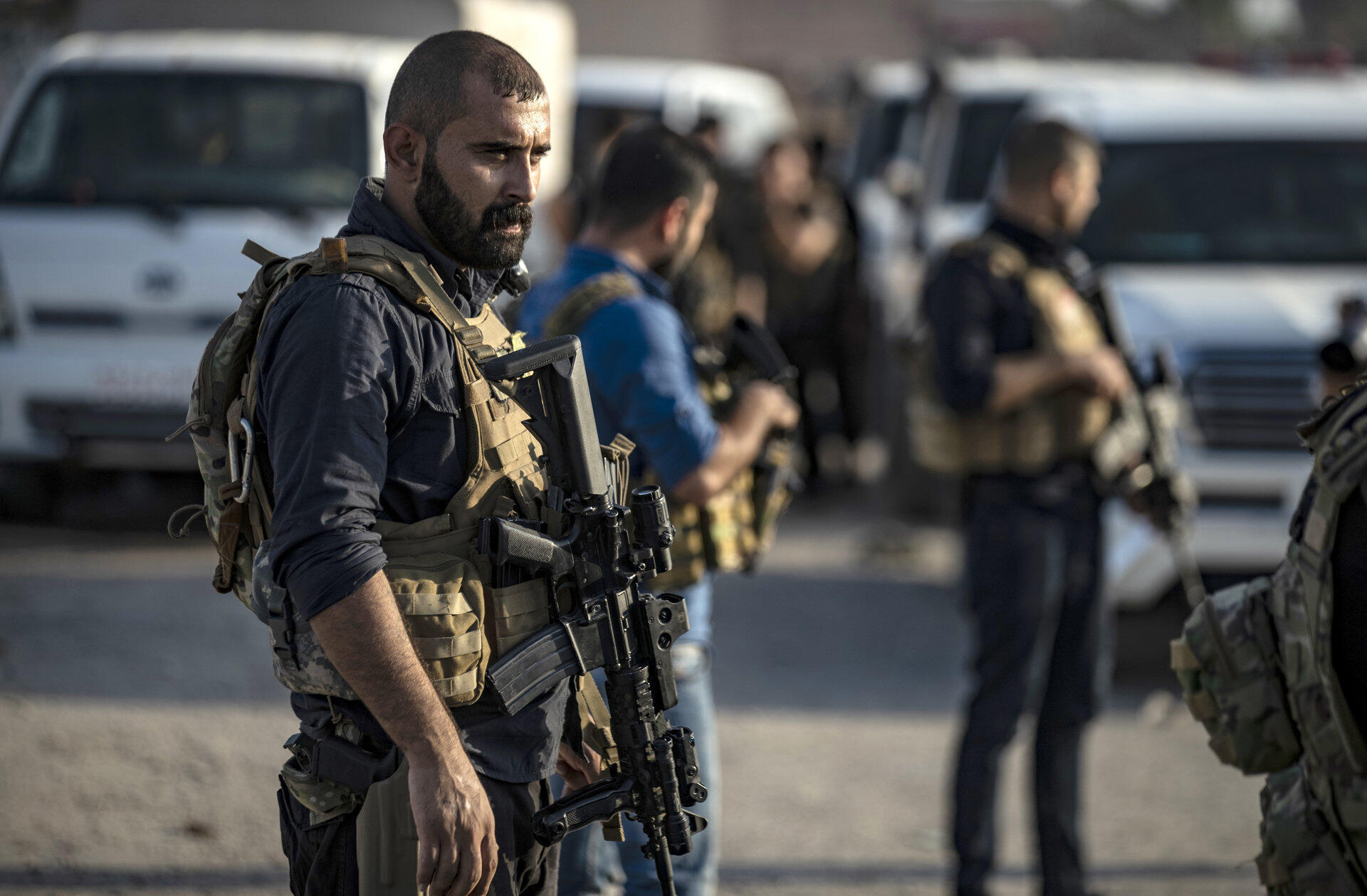 Un soldat des Forces démocratiques syriennes (FDS) se préparant à rejoindre le front contre les forces turques, le 10 octobre 2019, près de Hassaké au nord de la Syrie.