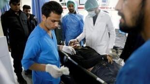 """اکیپ پزشکی بیمارستان """"وزیر اکبرخان"""" کابل، در حال رسیدگیهای اولیه به قربانیان انفجار در ساختمان شرکت بریتانیائی """"جی فور اس"""". چهارشنبه ٧ آذر/ ٢٨ نوامبر ٢٠۱٨"""