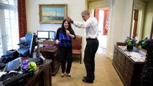 باراک اوباما از همکار خود، فریال گواشیری، رقص یاد میگیرد
