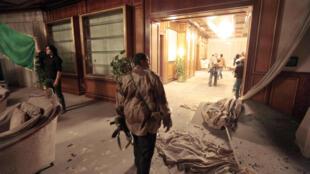 Dinh thự của ông Kadhafi sau vụ oanh kích của NATO (REUTERS)