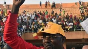 Ibrahim Yacouba lève le point en arrivant au stade Seyni Kountche, le 19 février 2016, lorsqu'il concourrait pour l'élection présidentielle. Eliminé au premier tour, il avait rallié M. Issoufou, qui l'avait ensuite nommé chef de la diplomatie.