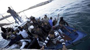 Barco trazendo imigrantes africanos chega a Lampedusa em 12 de abril.