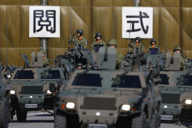 Bộ binh Lực lượng Phòng vệ Nhật Bản duyệt binh tại căn cứ Asaka, gần Tokyo, ngày 27/10/2013