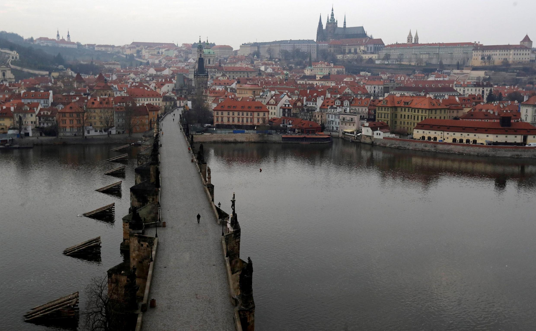 El Puente de Carlos (terminado en 1402), por el que suelen pasear los turistas, está desierto debido a la epidemia de coronavirus. La República Checa registró su primera muerte por esta enfermedad el domingo 22 de marzo. (Imagen de la ilustración)